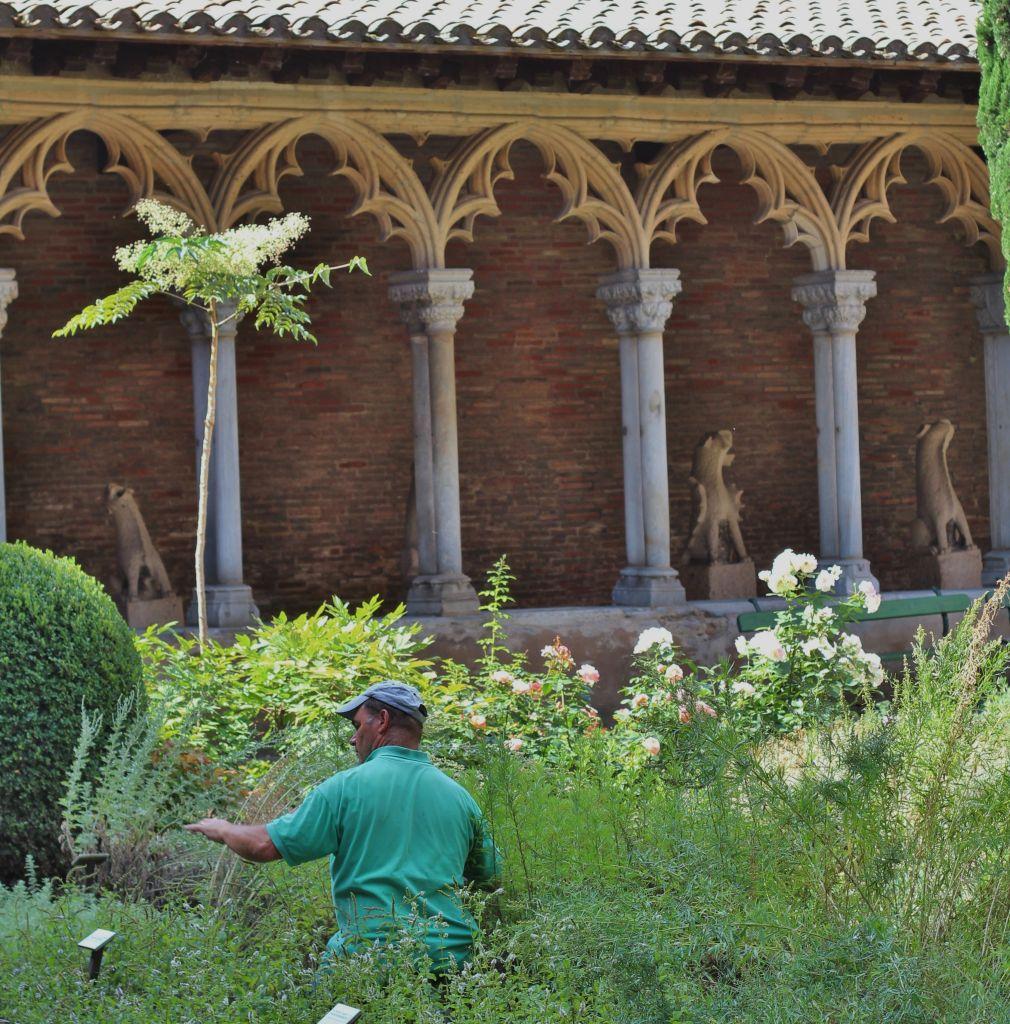 http://www.toulouse-brique.com/photos/augustins/cloitre.jpg