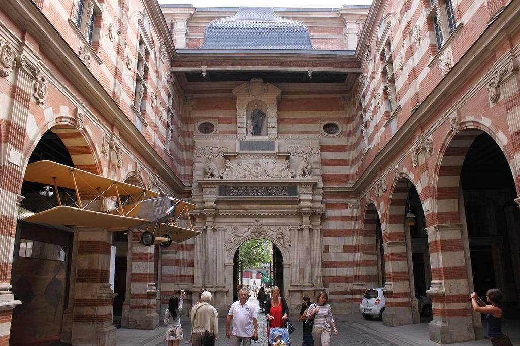 http://www.toulouse-brique.com/photos/hoteldeville/capitole-02a.jpg