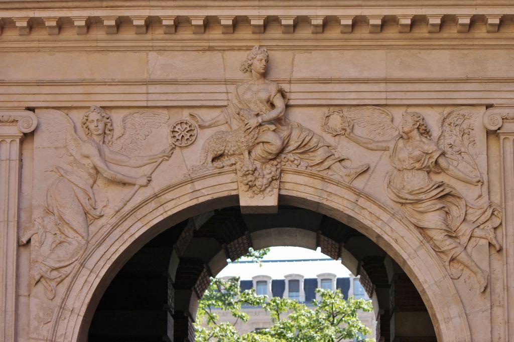 http://www.toulouse-brique.com/photos/hoteldeville/portebachelier-01.jpg