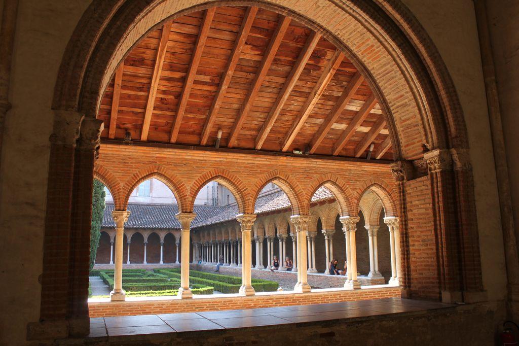 http://www.toulouse-brique.com/photos/jacobins/jacobins-cloitre-5.jpg