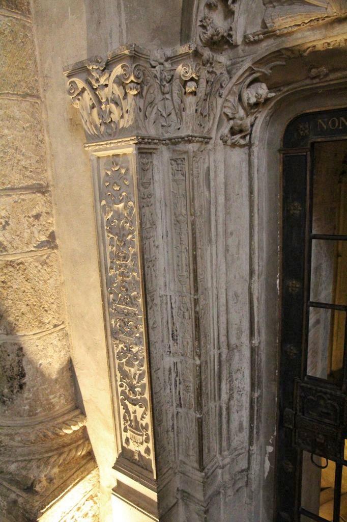 http://www.toulouse-brique.com/photos/st-sernin/porte-crypte-renaissance%20(2).JPG