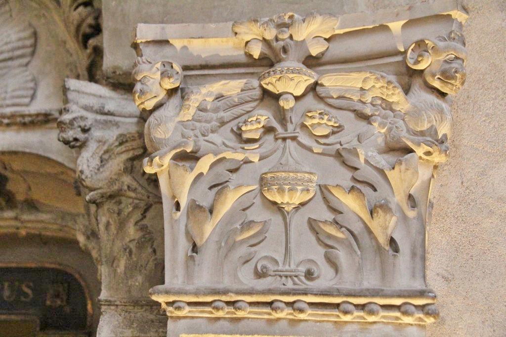 http://www.toulouse-brique.com/photos/st-sernin/porte-crypte-renaissance%20(4).JPG