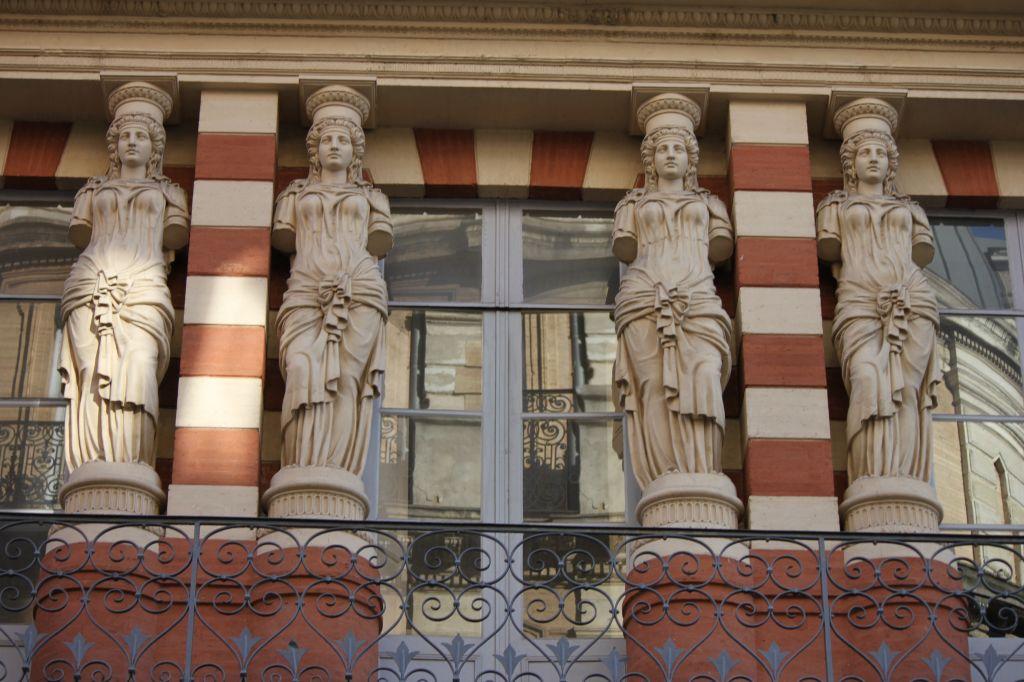 http://www.toulouse-brique.com/photos/virebent/cariatides-3.jpg