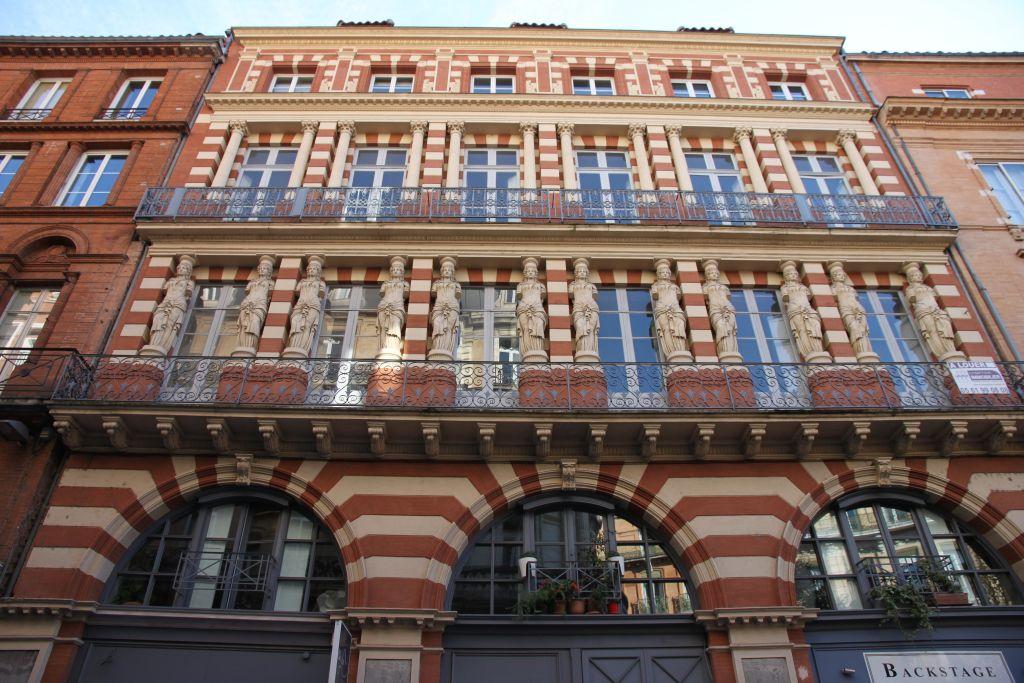 http://www.toulouse-brique.com/photos/virebent/cariatides-4.jpg