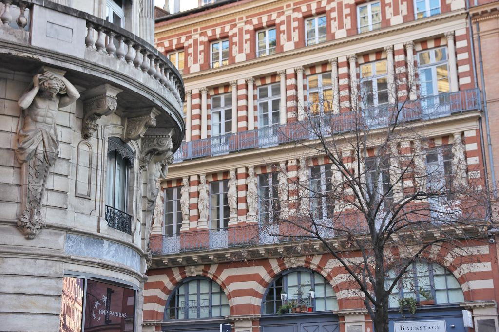 http://www.toulouse-brique.com/photos/virebent/cariatides.jpg